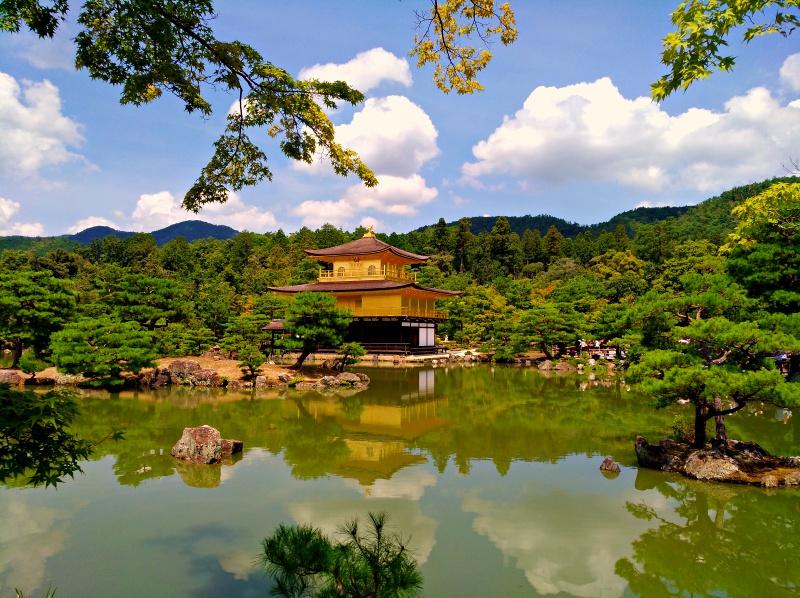 いきなり現れる美しい金閣寺