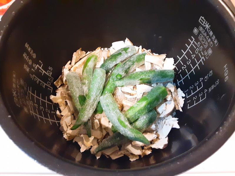 5合炊きの炊飯器で減量食「マグマ」を作りました。乾燥しいたけと冷凍オクラをセット