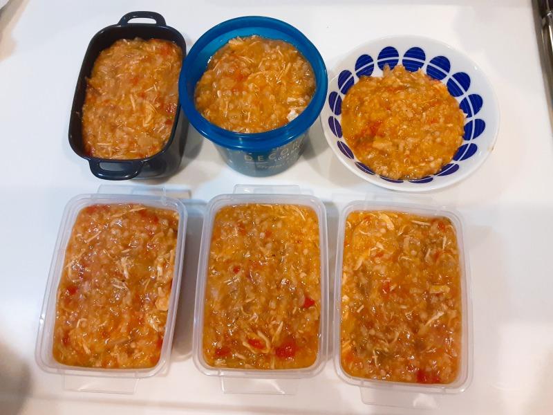 5合炊きの炊飯器で減量食「マグマ」を作りました。タッパーによそってみると